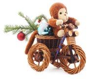 Spielzeugaffe auf einem Fahrrad Stockfoto