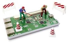 Spielzeugarbeitskräfte, die Computer reparieren Lizenzfreie Stockbilder