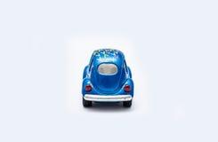 Spielzeugauto auf einem weißen Hintergrund Lizenzfreie Stockfotos