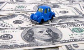 Spielzeugauto auf Geldhintergrund Stockfotografie