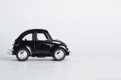 Spielzeugauto auf weißem Hintergrund Stockbild