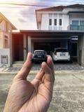 Spielzeugauto in der Hand ist es wie das Parken in einem Parkplatz stockfotos
