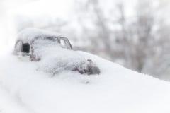 Spielzeugauto im Schnee stockfotos