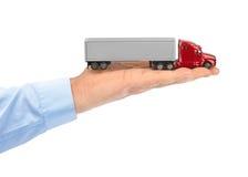 Spielzeugauto-LKW in der Hand Stockfoto