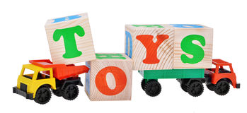 Spielzeugauto-LKWs lokalisiert mit hölzernen Würfeln Lizenzfreie Stockfotos