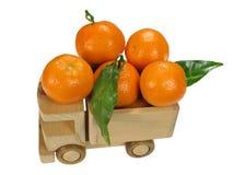 Spielzeugauto mit Mandarinen Lizenzfreies Stockfoto
