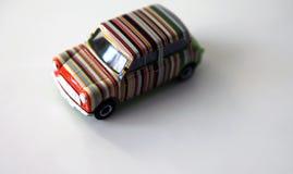 Spielzeugauto-Weißhintergrund des Regenbogens vorbildlicher Stockfoto