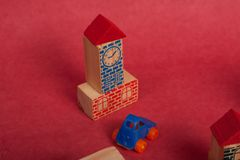 Spielzeugautos Plastik und hölzernes Spielzeug lizenzfreie stockbilder