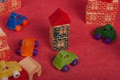 Spielzeugautos Plastik und hölzernes Spielzeug lizenzfreie stockfotos