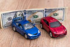 Spielzeugautos und -dollar lizenzfreies stockbild