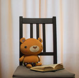 Spielzeugbär liest das Buch Stockfoto