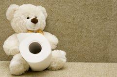 Spielzeugbär mit Toilettenpapier Stockbilder
