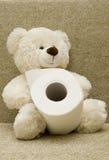 Spielzeugbär mit Toilettenpapier Stockfotografie
