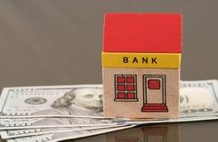 SpielzeugBankgebäude auf US-Dollar Anlagegütern Lizenzfreie Stockbilder