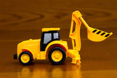 Spielzeugbau-Traktorhintergrund stockfotos