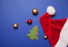 Spielzeugbaum und Santa Claus-Hut Lizenzfreie Stockfotografie