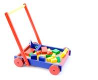 SpielzeugBausteine in einem Wagen lizenzfreie stockfotografie