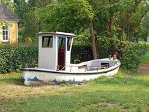 Spielzeugboot in einem Spielplatz Stockfotografie