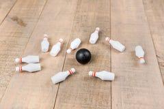 Spielzeugbowlingkugel und -stifte Stockbild