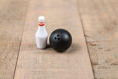 Spielzeugbowlingkugel und -stifte Lizenzfreies Stockfoto