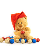 Spielzeugbär in einer Weihnachtsschutzkappe Lizenzfreie Stockfotografie