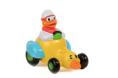 Spielzeugente, die Enteauto auf weißem Hintergrund antreibt Lizenzfreies Stockfoto