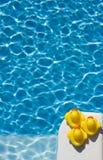 Spielzeugentlein durch Wasser lizenzfreies stockbild