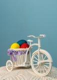 Spielzeugfahrrad mit farbigen Eiern Lizenzfreies Stockbild