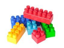 Spielzeugfarbenziegelsteine auf weißem Hintergrund Stockbild