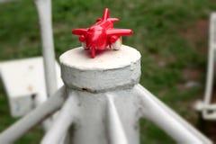 Spielzeugfläche mit einem roten Propeller Stockfotografie