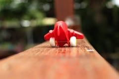 Spielzeugfläche mit einem roten Propeller Lizenzfreie Stockfotos