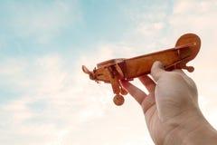 Spielzeugflugzeug in der Hand stockfotografie