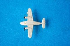 Spielzeugflugzeugspielzeug auf blauem Hintergrund Stockbilder