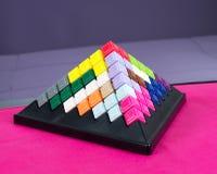 Spielzeuggebäudepyramiden Lizenzfreies Stockfoto
