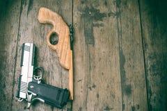 Spielzeuggewehr des Jungen Stockfoto