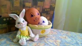 Spielzeughäschen mit Korb und Ostereiern stockfotografie