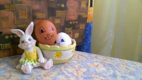 Spielzeughäschen mit Korb und Ostereiern lizenzfreie stockbilder