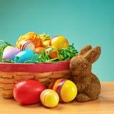 Spielzeughäschen und -korb voll von Eiern Lizenzfreie Stockfotos