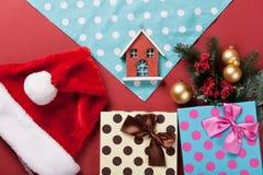 Spielzeughaus und -serviette Lizenzfreies Stockfoto