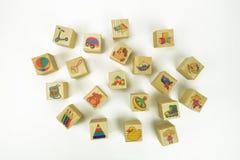 Spielzeugholzklötze mit Bildern stockfotos