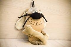 Spielzeughund mit einem Knochen Stockfotos