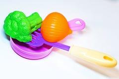 Spielzeugküche Gemüse in der Wanne flip stockfoto