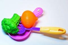 Spielzeugküche Gemüse in der Wanne flip stockfotos