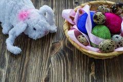 Spielzeugkaninchen mit Ostereiern Stockfotografie