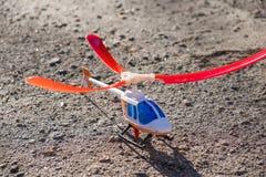 Spielzeugkinderhubschrauber auf Gras lizenzfreie stockfotos