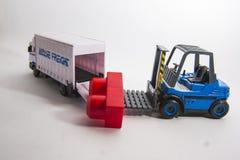 Spielzeuglokomotive mit Autos Lizenzfreies Stockbild