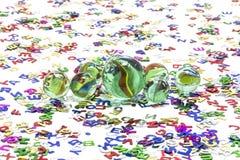Spielzeugmarmore auf weißem Hintergrund stockbilder