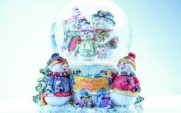 Spielzeugschneemann-Figürchenfamilie der frohen Weihnachten auf weißem Hintergrund Stockbilder