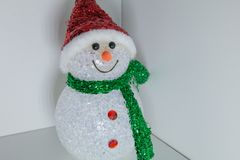 Spielzeugschneemann mit mehrfarbiger Beleuchtung Weihnachts- und des neuen Jahresdekoration Stockfotos