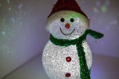 Spielzeugschneemann mit mehrfarbiger Beleuchtung Weihnachts- und des neuen Jahresdekoration Stockbild